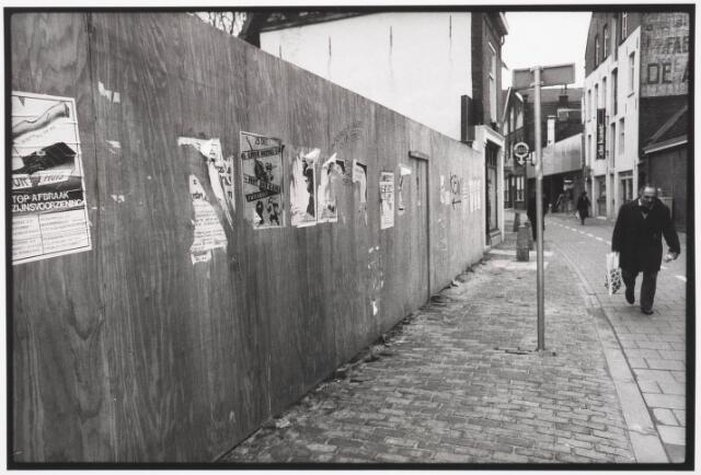 033583 - Schutting ter afscherming van een afgebroken pand aan de Tuinstraat, met daarop het rode fietspad