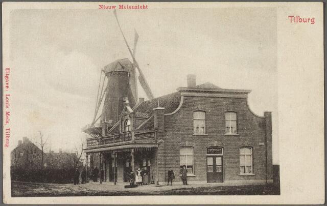 010769 - Rosmolenplein, café 'Nieuw Molenzicht' en de molen van de familie Teurlings. De molen wordt voor het eerst vermeld in 1616 als 'Velthovensche Wint en Rosmolen'. Ook op de kaart van Zijnen uit 1760 is sprake van de Veldhovense mole en rosmole'. Uit de kadastrale legger van 1832 blijkt dat Maria van Gorp, weduwe van F. Tuerlings, eigenaresse was van de 'koornwindmolen' (Molenbogten) en de rosmolen (Veldhovensche Schijf). Daarna was Arnoldus Teurlings eigenaar. De windmolen, bekend onder de naam 'Teurlings molentje' werd in 1927 afgebroken. De correspondent van de Tilburgsche Courant betreurde dat de molen in slopershanden was gevallen en zag dit als een inbreuk op 'het aestetisch aanzien' van het Rosmolenplein.