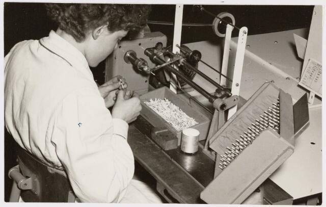 050133 - Volt, Produktie, Fabricage, Spoelen. Het wikkelen van miniatuur spoelen bij Volt omstreeks 1960. Het is niet uitgesloten dat deze foto in Oosterhout is gemaakt.