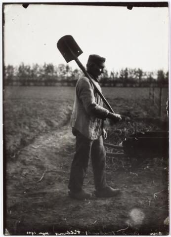008538 - Boer op het land met schop op zijn schouder, gefotografeerd door Henri Berssenbrugge (1873-1959) begin 1900.