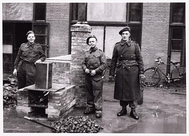 013258 - WO2 ; WOII ; Tweede Wereldoorlog. Bevrijding. Drie Schotse militairen in de Enschotsestraat