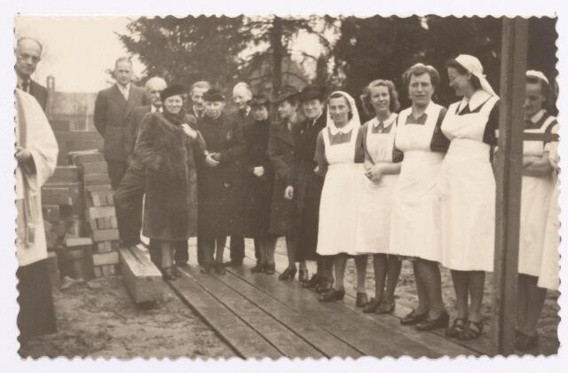 046669 - Foto genomen t.g.v. de eerste steenlegging van een paviljoen voor de opvang van kinderen van ongehuwde moeders bij huis de Bocht aan de Tilburgseweg.