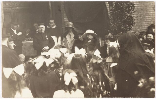 009788 - huldiging pastoor Franciscus J.A. de Beer in 1923 bij de viering van zijn zilveren pastoors jubileum van de parochie Hasselt.