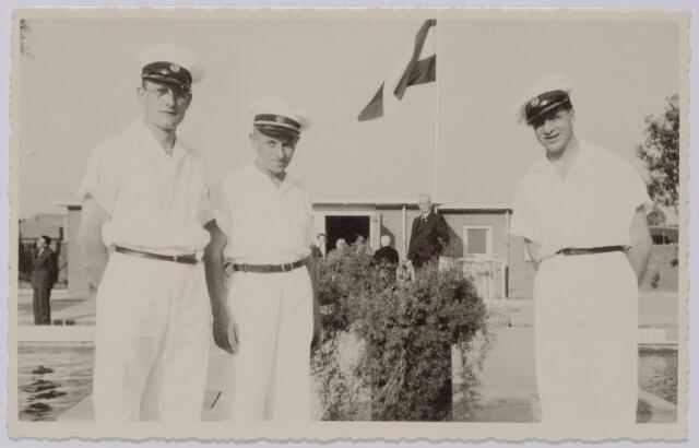 044026 - Badmeesters in het gemeentelijk zwembad aan de Ringbaan-Oost. Badmeester R. Brouwer was badmeester vanaf de opening van het bad. Hij vierde in 1956 zijn zilveren jubileum als badmeester. J.F. Bastijn was in 1953 bedrijfschef van het bad.