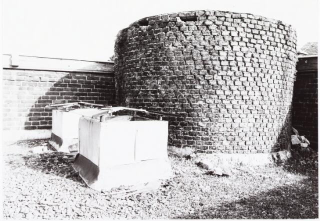 033640 - Rediment oude Schoorsteen midden op het dak van Jurgens Textiel BV aan de Tuinstraat 47a-49; op 8 januari 1976 is het bedrijf verhuisd naar Berkel-Enschot aan de Gen Eisenhouwerlaan; thans ten behoeve van de Woningbouw aan het Spinnerspark geheel afgebroken