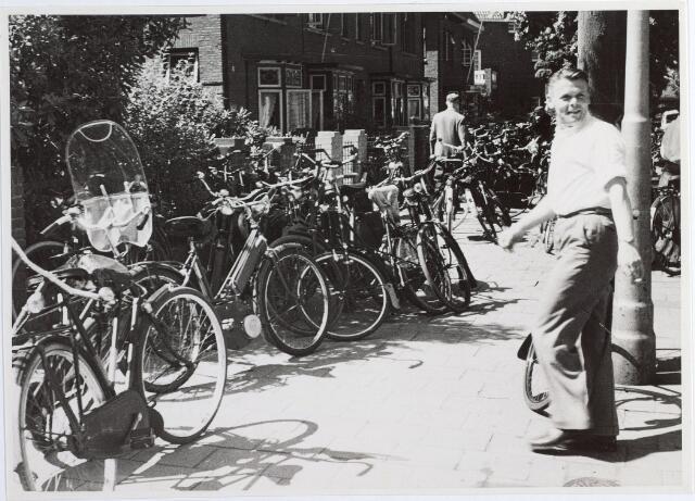 015573 - Elisabethziekenhuis. Gezondheidszorg. Ziekenhuizen. Geparkeerde fietsen van bezoekers van het St.-Elisabethziekenhuis