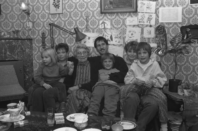 TLB023002468_001 - Samen op de bank voor een familie foto