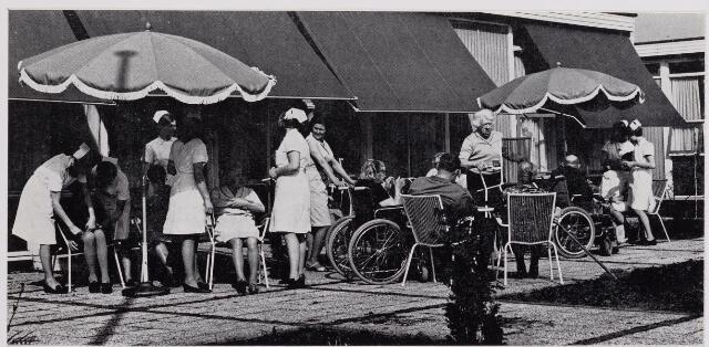 041946 - Gezondheidszorg. Zonneterras van het verpleeghuis Joannes XXIII