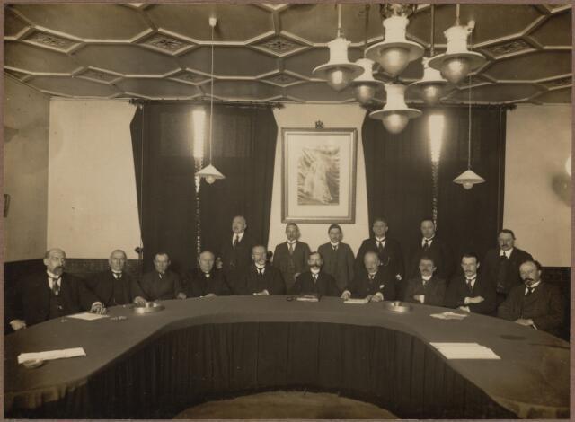 104647 - De gemeenteraad van Oosterhout. In het midden de burgemeester, ridder F. de van der Schuer. Zittend rechts van hem secretaris Barel. Zittend rechts van de secretaris, raadslid A.Th. Kock. Zittend links van de burgemeester P.C. Fick, wethouder tot 1923 zittend tweede links van de burgemeester, wethouder A. van Leijsen, staande rechts van de burgemeester D.A. Slootmaekers, uiterst rechts zittend A. van Dijk. Uiterst links raadslid Herman de Hoog.