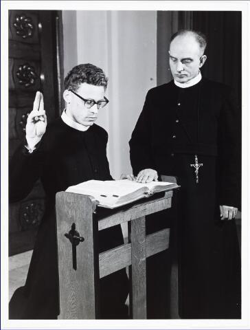 009434 - Kloosters. Fraters van Tilburg. Frater Daniel Brekelmans legt ten overstaan van frater Novatus Vinks zijn gelofte af.