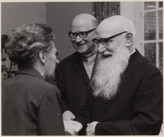 084750 - Receptie ter gelegenheid van het 60-jarig bestaan van het Klooster van de Heilige Geest. Rechts broeder Tudo