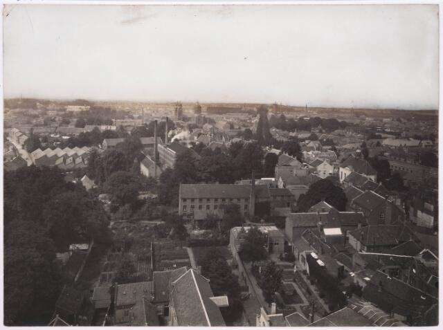 036376 - Panorama van Tilburg vanaf de toren van de Heikense kerk; geheel  rechts kruispunt Nieuwlandstraat/ Oude Zomerstraat met de Ned. Herv kerk; links op de voorgrond schietbaan daarna Raadhuisstraat