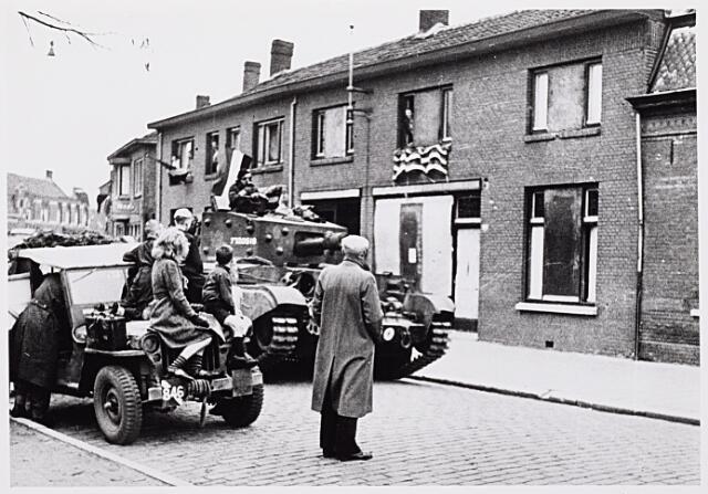013245 - WO2 ; WOII ; Tweede Wereldoorlog. Bevrijding. Schotse tanks in de Koestraat, ter hoogte van het Rosmolenplein