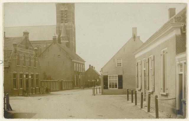 """89130 - Dorpsstraat Wagenberg met R.K. kerk en """"Logement de Roskam"""". Het huis rechts heeft in 1922 plaats gemaakt voor het Patronaat; later heeft daar de Rabobank gestaan."""