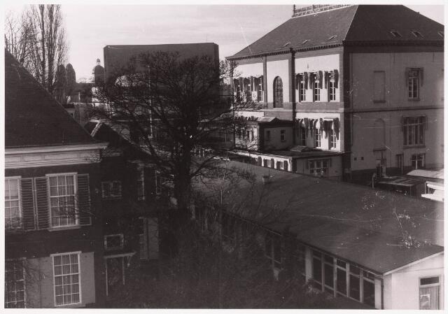 035803 - achterzijde oude gemeentehuis aan het Stadhuisplein, met noodgebouw op de voorgrond