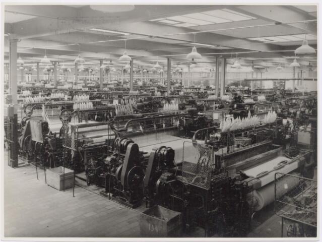 """045317 - Textielindustrie. Interieur van textielfabrieken H.F.C. Enneking aan de Goirkestraat 89. De """"weaving department""""."""