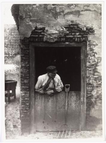 008509 - Boer, leunend over ´halve´deur, gefotografeerd door Henri Berssenbrugge 81873-1959) in 1903.