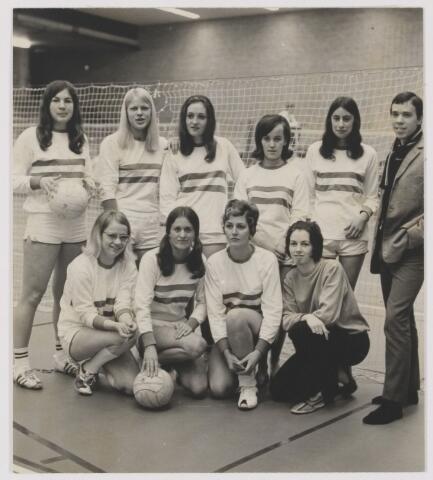082084 - Volleybal C.S.S. Rijen. Ongeslagen kampioensteam dames. Rechts de caoch Cees Laarhoven