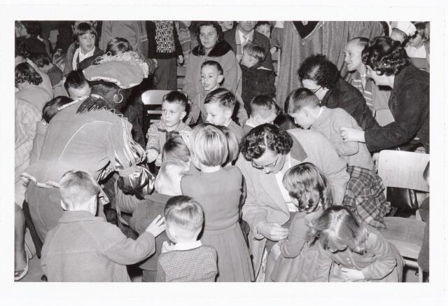 038839 - Volt. Zuid. Ontspanning. Sint Nicolaasfeest voor de kinderen van de werknemers in 1960. Zwarte Piet deelt snoep uit.  Sinterklaas. St. Nicolaas