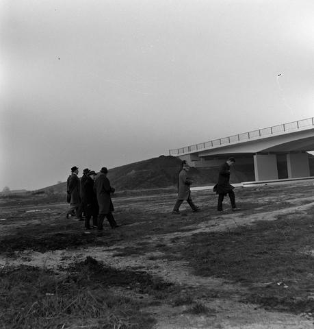 1237_013_053_003 - In opdracht van Publieke Werken . Opening viaduct bij kanaal