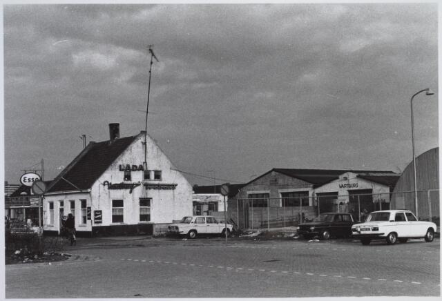 026153 - Garage Oppermans aan het Lijnsheike begin 1977, met rechts een bouwloods. In die tijd werd begonnen met de aanleg van het Wagnerplein, maar Oppermans weigerde te vertrekken