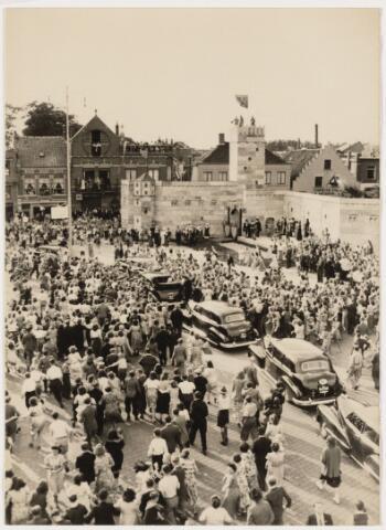 101883 - Koninklijke bezoeken. Koningin Juliana en Prins Bernhard bezoeken Catharinadal en de Markt.
