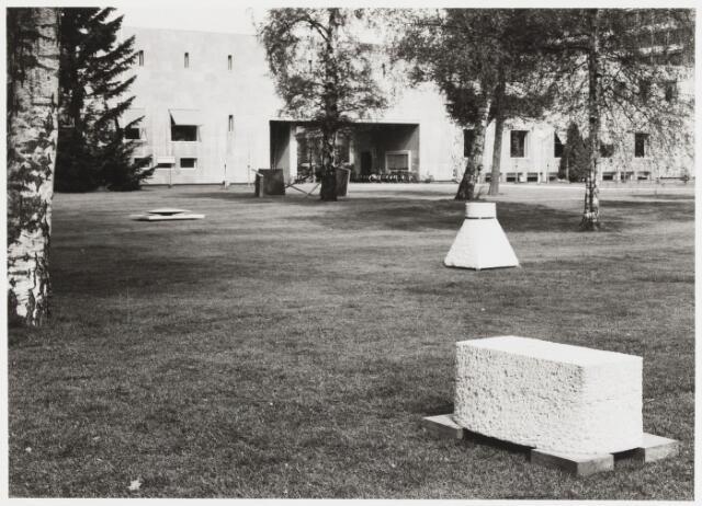 068183 - Stenen objecten van Gerard van ROOIJ (Druten 1954) Lokatie: Katholieke Hogeschool, later Universiteit van Tilburg.    Kunst, openbare ruimte.