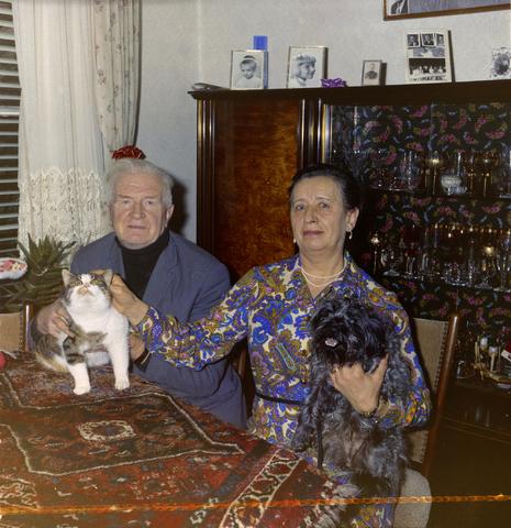 1237_012_981_007 - Dieren. Hond. Collectie hondenportretten uit de jaren zeventig. Echtpaar in woonkamer met hond en kat.