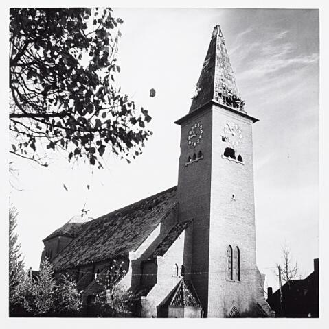 012188 - WO2 ; WOII ; Tweede Wereldoorlog. Bevrijding. Tijdens de gevechten rond de bevrijding van Tilburg zwaargetroffen Sacramentskerk aan de Ringbaan-Oost