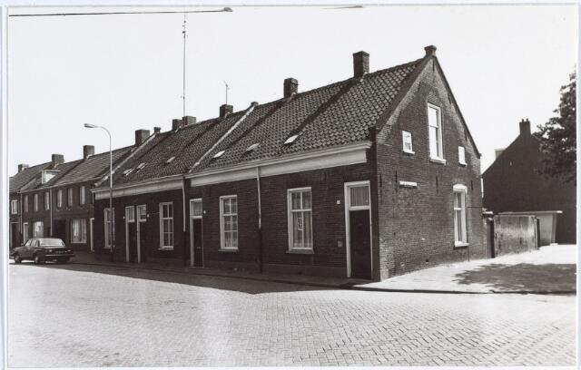 014709 - Rijtjeshuizen in de Berkdijksestraat. De straat rechts is de Joost van de Mortelstraat