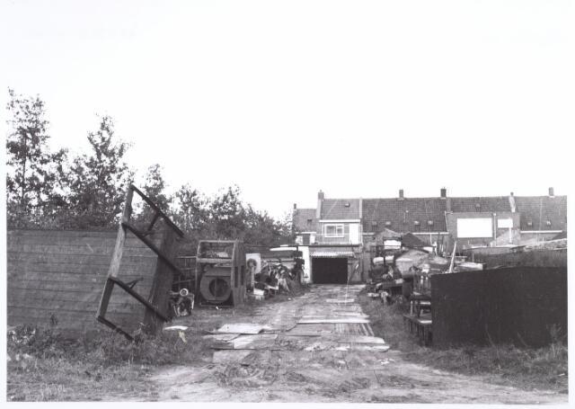 016617 - Achterzijde van het pand Broekhovenseweg 215, alwaar een ijzer- en metaalhandel was gevestigd