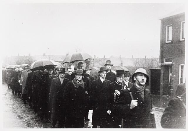 013729 - WO2 ; WOII ; Tweede Wereldoorlog. Verzet. Herbegrafenis met militaire eer van Cor Wortel in september 1944. Mede-verzetstrijders begeleiden hem naar zijn laatste rustplaats. Vooraan in de stoet, net achter de doodsbidder, majoor Van Lennink, de heer Hoogenraad, P. de Nennie en Wim Hornman. Verder bevinden zich onder de aanwezigen leden van de Oisterwijkse groep van de Raad van Verzet