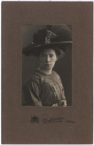 007583 - Anna Augusta Maria van Vught, geboren den Bosch 30.1.1875 en aldaar overleden 28.9.1949. Zij trouwde 16.5.1900 Henri van de Pas(1875-1914) bakker in de Oude Ster te Tilburg (hoek Zomerstraat/Nieuwlandstraat). Zij hertrouwde 4.5.1915 Eustache Verschuuren (1872-1994). 4.5.1915 Dochter Jeanette (28.4.1903 uit eerste huwelijk.