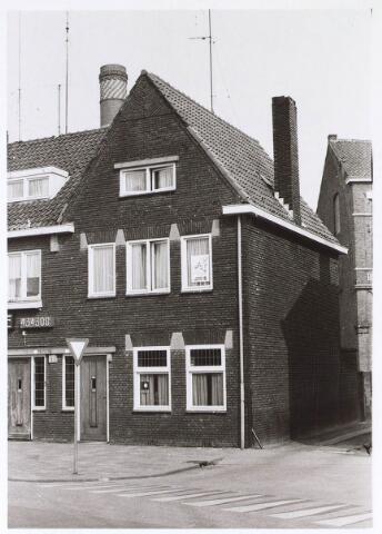 024581 - Pand Korvelplein 5 in 1974. Daarachter een gedeelte van bierbrouwerij De Posthoorn, dat twee jaar later werd gesloopt ten behoeve van nieuwbouw