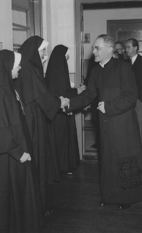 063781 - Pastoor Pessers op de receptie van de zusters van het Kostbaar Bloed.