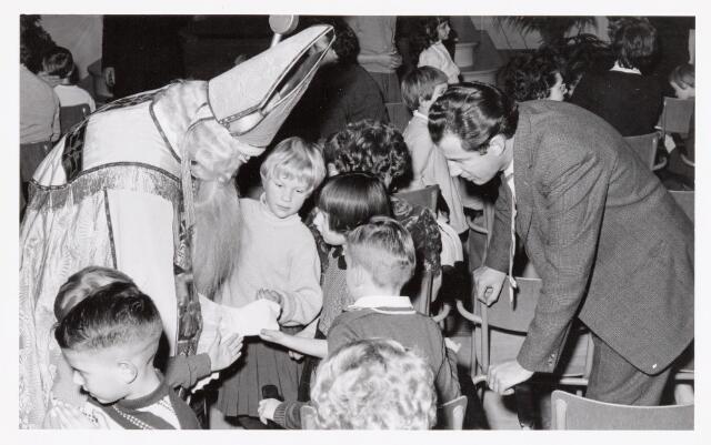 038708 - Volt. Oosterhout. Sint Nicolaasviering voor de kinderen van het personeel in 1960. Fabricage- of productie vond in Oosterhout plaats van april 1951 t/m 1967. Sinterklaas. St. Nicolaas