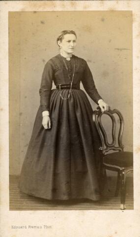 092931 - Theresia Maria Antonia de Beer, geboren te Tilburg op 5 maart 1850 overleed aldaar op 27 februari 1928. Zij was een dochter van fabrikant Simon Arnoldus de Beer en Arnolda Maria Wouters. Zij trouwde te Tilburg op 26 juli 1875 met fabrikant Franciscus Cornelis Augustinus Franken.