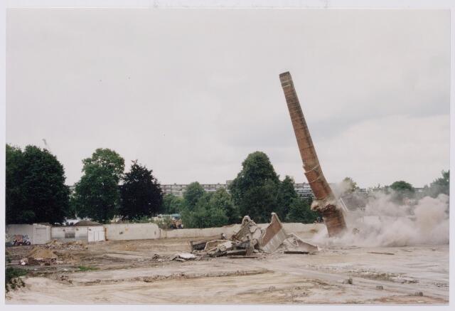 043840 - Het opblazen van de fabrieksschoorsteen op het terrein van de Regenboog aan de Bredaseweg.