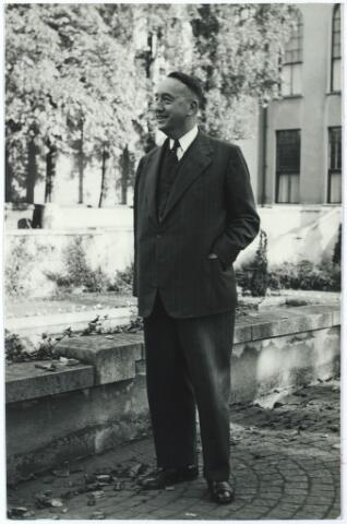 006215 - Mr. Eduard Hendrik Joan Baron van Voorst tot Voorst werd geboren te Huissen (Gld.) op 7 mei 1892. Afgestudeerd aan de Amsterdamse Universiteit in 1918. hij werd in 1920 burgemeester van Ubbergen en in 1923 lid van de Provinciale Staten van Gelderland. Van 1935 tot 1946 was mr. Van Voorst tot Voorst lid van Gedeputeerde Staten van Gelderland. Hij werd benoemd tot burgemeester van Tilburg bij K.B. van 27 april 1946 met ingang van 1 mei 1946 als opvolger van mr. J. van de Mortel.Onder zijn bestuur kwam een groot deel van de naoorlogse opbouw en vernieuwing van de stad tot stand. Zo werd het bebouwde oppervlak van Tilburg verdubbeld en kwamen er 6400 nieuwbouwwoningen bij. Twee moderne bejaardentehuizen werden gesticht: Vredeburcht en St. Jozefzorg. Het ringbanenstelsel werd in 1956 voltooid en in dat jaar begon  men met de aanleg van de wijk 't Zand. De overwegplannen lagen klaar en hij beleefde nog de omlegging van het zogenaamde Bels Lijntje. Ook de plannen voor de nieuwe schouwburg zijn on-  der zijn bestuur gevormd. Naast burgemeester was mr. E. Baron van Voorst tot Voorst een belangrijke figuur in het kapittel van de Souvereine en Militaire Orde van Malta (Balije Nederland) waar hij, aanvankelijk coadjutor, sinds 18 september 1953 president-baljuw was.  In 1949 werd hij benoemd tot Ridder in de Orde van de Nederlandse Leeuw. Daarnaast was hij drager van het Grootkruis van Verdiensten van de Souvereine en Militaire Orde van Malta, en Commandeur in de Orde van de H. Gregorius de Grote, hij werd onderscheiden met de Watersnoodmedaille.  Hij trouwde met Jonkvrouwe Theresia Maria Josephina Smits van Oyen en na haar overlijden met Rosa Lucia Joanna Maria de Quay geboren te 's- Hertogenbosch op 6 mei 1906 en overleden te Tilburg op 5 juli 1971.  Mr. Baron E. van Voorst tot Voorst is met ingang van 1 juni 1957 ontslagen als burgemeester van Tilburg en werd opgevolgd door mr. C.J.G. Becht. Van Voorst tot Voorst overleed te Tilburg op 28 januari 1972