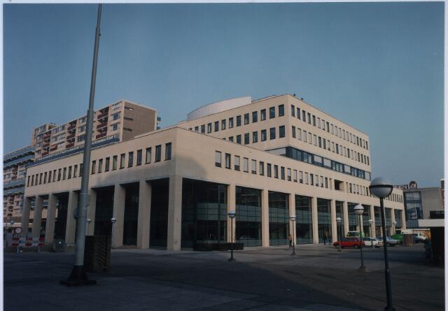 024326 - Stadskantoor 2 met bibliotheek op het Koningsplein begin 1992. Links bevindt zich de bibliotheek