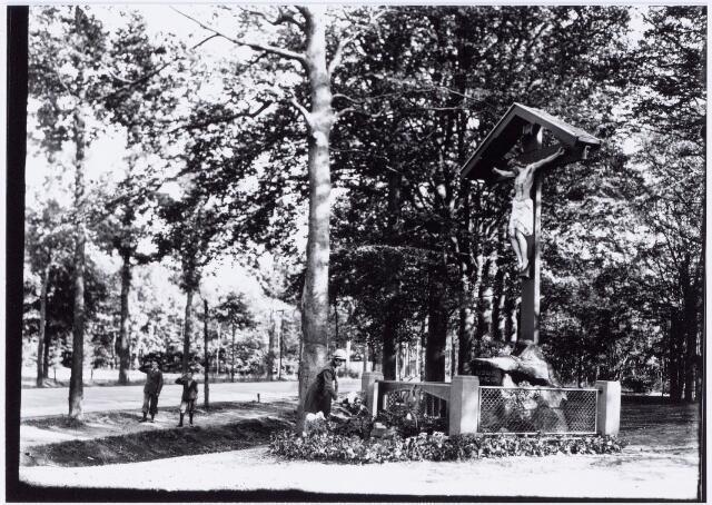 049855 - Foto uit ´Je Taalboek´ van frater Victor van Nispen. Kruis op de hoek Bredaseweg-Delmerweg.