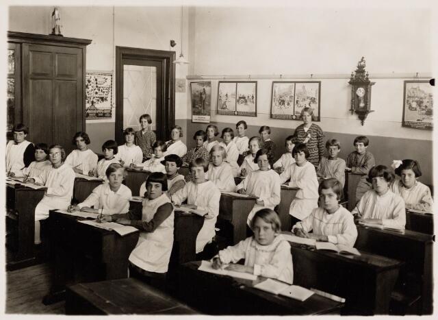 049700 - Onderwijs. Klas van een bijzondere r.k. meisjesschool. Op de achtergrond juffrouw Anna van Meerendonk uit Tilburg.