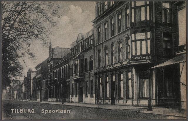 011189 - Spoorlaan met rechts de Langestraat. Links hiervan het hotel van J. Adelaars en de Zuid-Nederlandsche Handelsbank. Rechts van de Langestraat hotel Suisse.