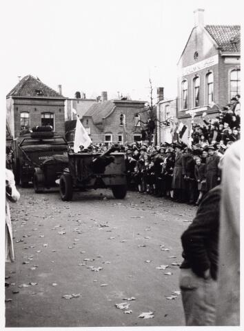 012610 - WO2 ; WOII ; Tweede Wereldoorlog, Bevrijding. Een militair voertuig van de Prinses Irenebrigade rijdt langs het talrijk opgekomen publiek tijdens de bevrijdingsfeesten op 4 november 1944