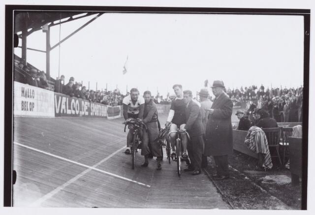054432 - Sport. Wielrennen. Koppelwedstrijd op de wielerbaan te Tilburg; winnaars van Amelsfoort en Coomans