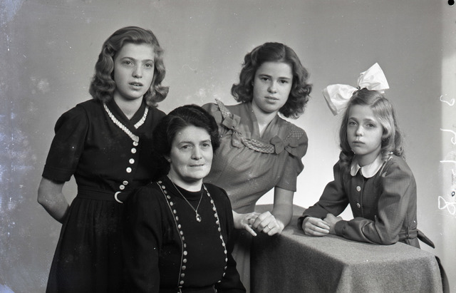 653756 - groepsportret. Veel Tilburgse families lieten een familieportret maken bij Schmidlin.