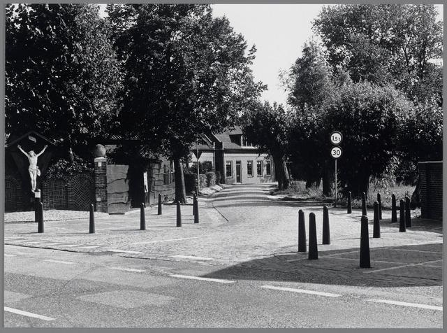 88692 - Ingang Schansstraat vanaf de Molenstraat bij het Kruisbeeld. De bestrating met kasseien dateert van 1892.