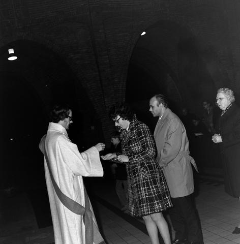 1237_006_247-3_002 - Religie. Kerk. Geloof. Katholiek. Heilige mis.  Wijding tot diaken van Pater J. Wijnen in november 1972. In de Sint Theresiakerk.