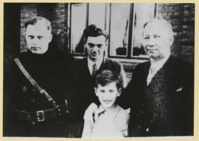 """077545 - Tweede wereldoorlog 1940-1945. Arnold Meyer voor de deur van Terra Nova samen met Piet Denis en van de Bogaard, leider van de afd. Oistrwijk van het """"Zwart Front""""."""