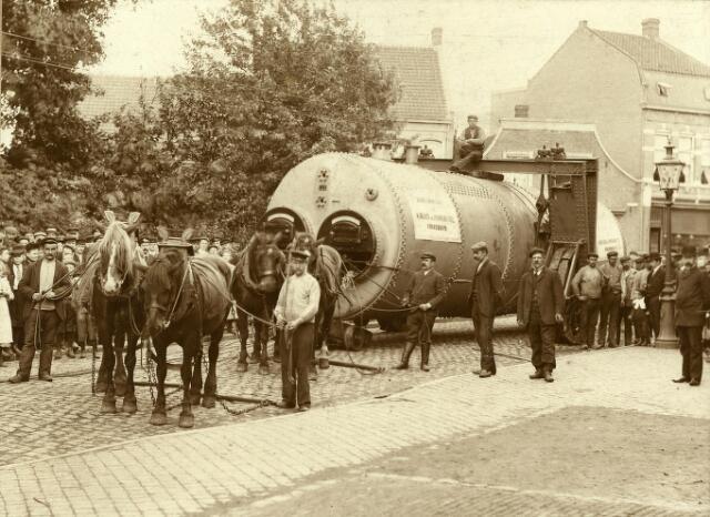 200230 - Vervoer van een stoomketel in het Wilhelminapark.
